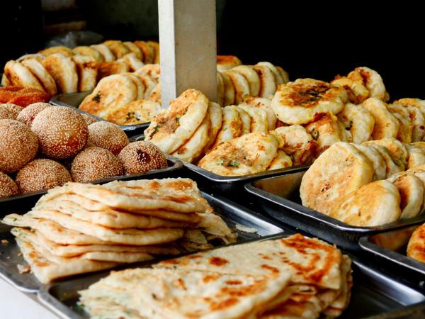 các loại bánh đã chiên vàng được để trên khay bán